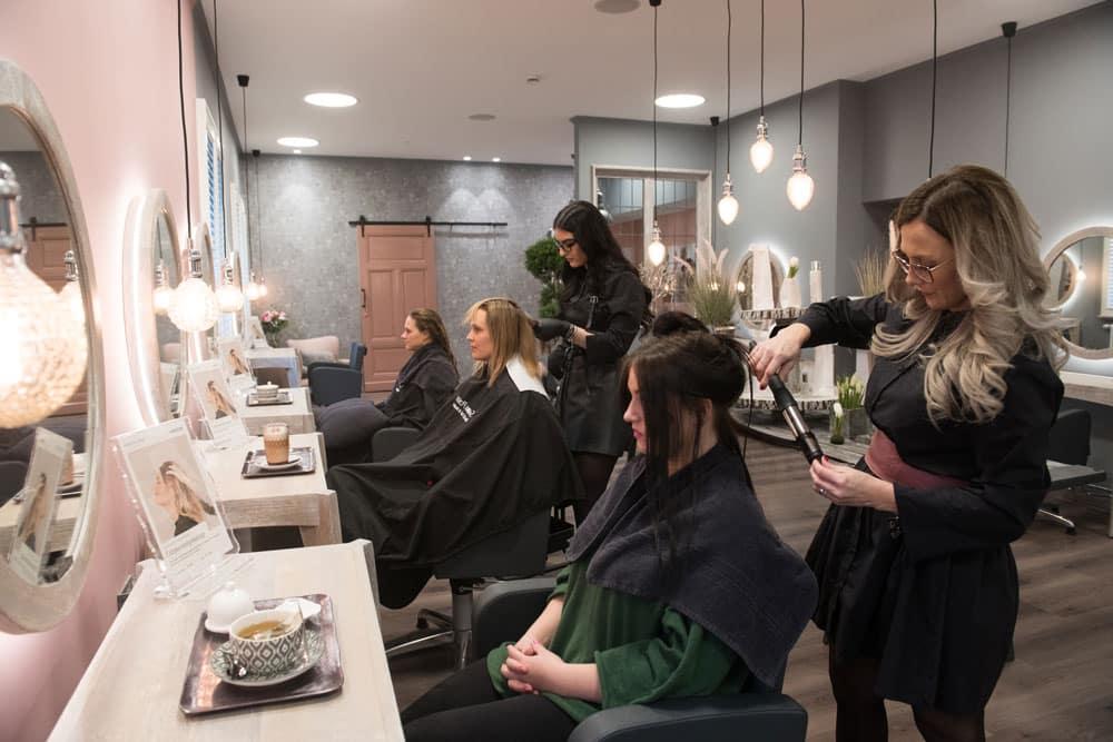 SABRINA POSER BIOSTHETIK HAIR & BEAUTY - Team beim Stylen
